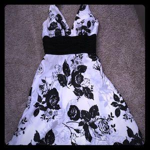 Beautiful White House Black Market Dress
